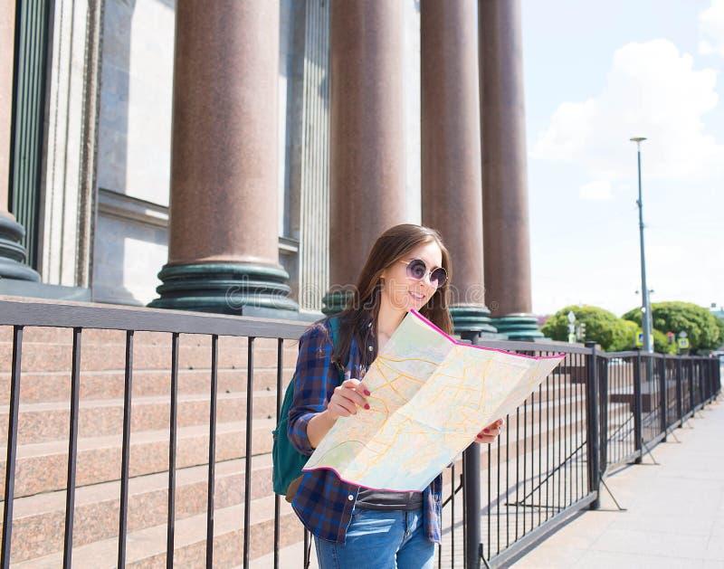 Femelle dans des lunettes de soleil marchant dans la ville étrange photographie stock