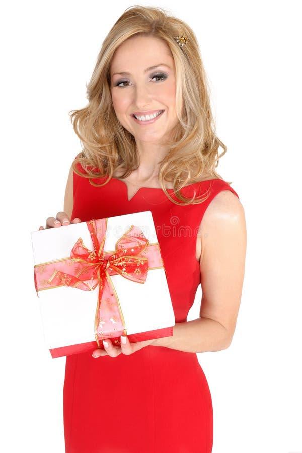 Femelle dans la robe rouge retenant un présent images stock