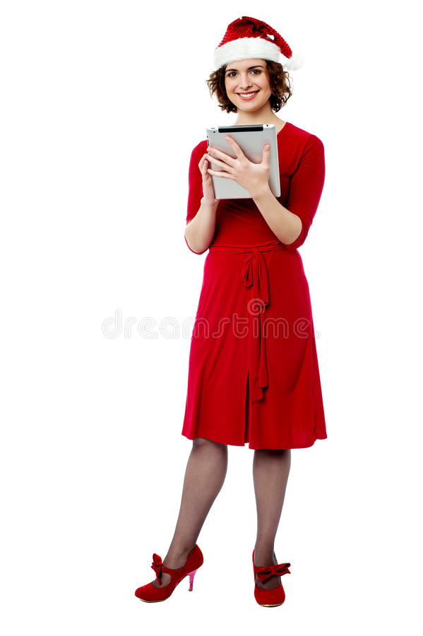 Femelle dans le chapeau de Santa utilisant le PC de comprimé images libres de droits