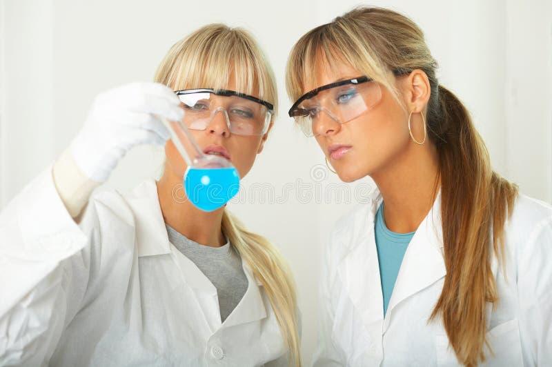 Femelle dans le laboratoire images stock