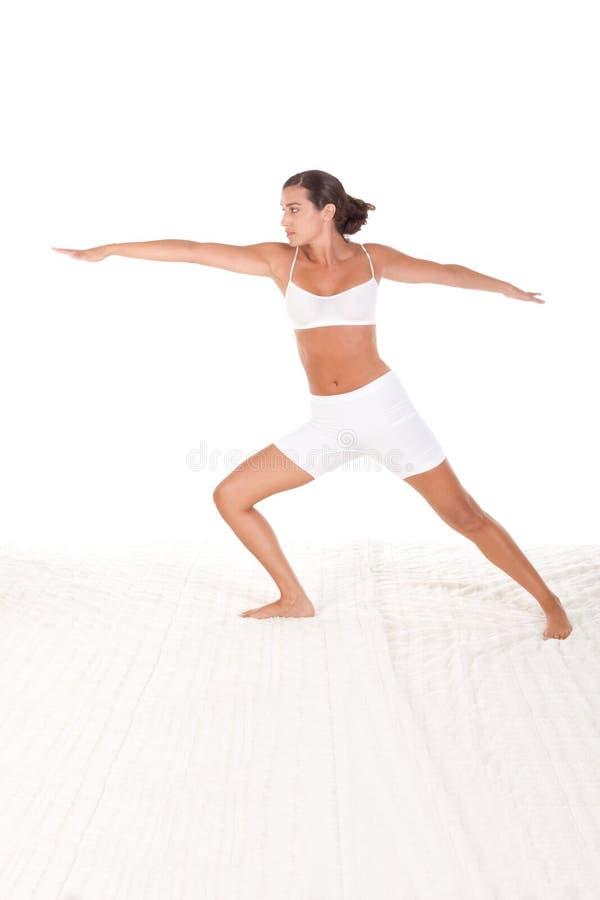 Femelle de pose de yoga dans l'exécution de vêtements de sport photo libre de droits