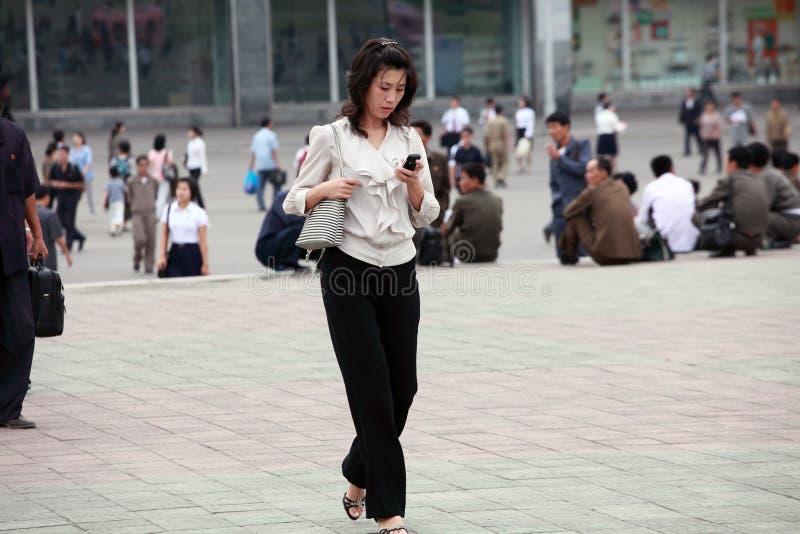 Femelle de Pyong Yang avec le téléphone portable photos libres de droits