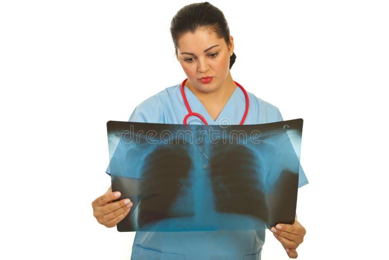 Femelle de radiologiste avec le rayon X photo libre de droits