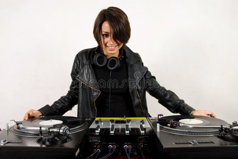 Femelle DJ aux plaques tournantes image libre de droits