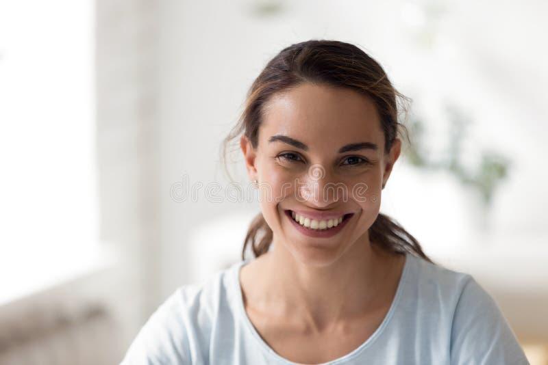 Femelle heureuse de métis de portrait haut étroit image libre de droits