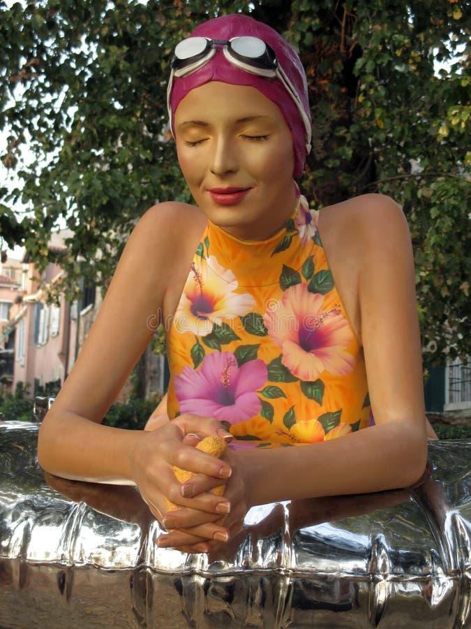 Femelle magnifique de sculpture de Venise 2017 bisannuels - femme avec le maillot de bain Venise Italie photographie stock