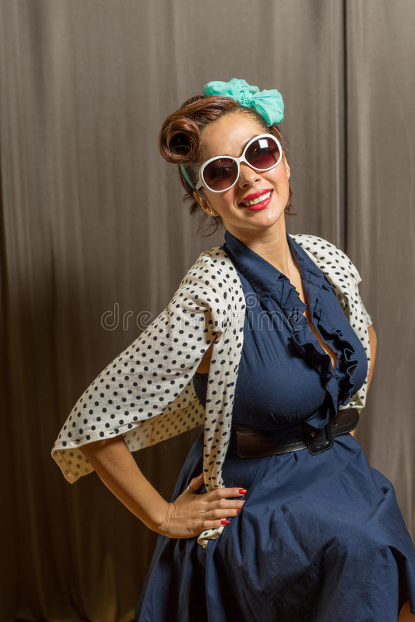 Femelle mignonne de Latina dans le chandail pointillé par polka photo stock