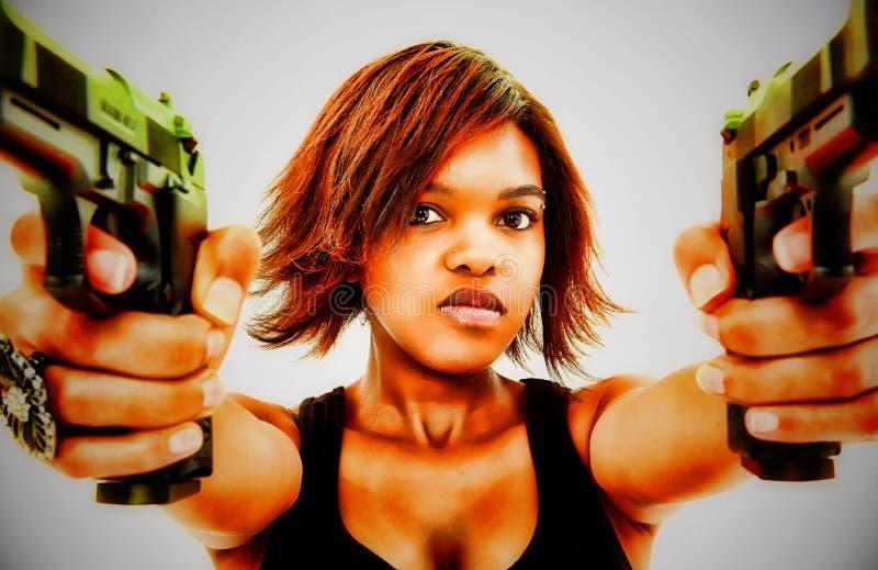Femelle noire sexy orientant deux pistolets photos stock