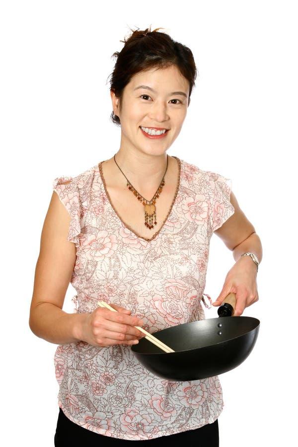 Femelle orientale avec le wok photographie stock