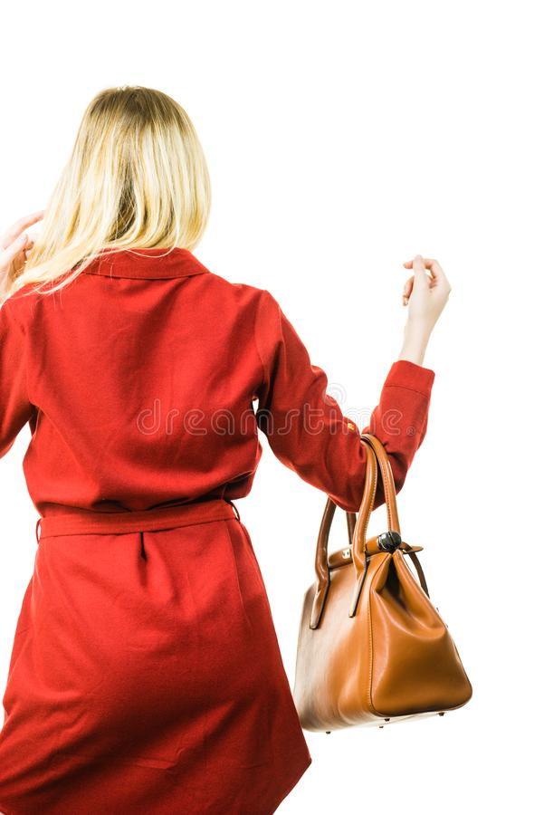 Femelle portant la robe rouge tenant le sac photos libres de droits