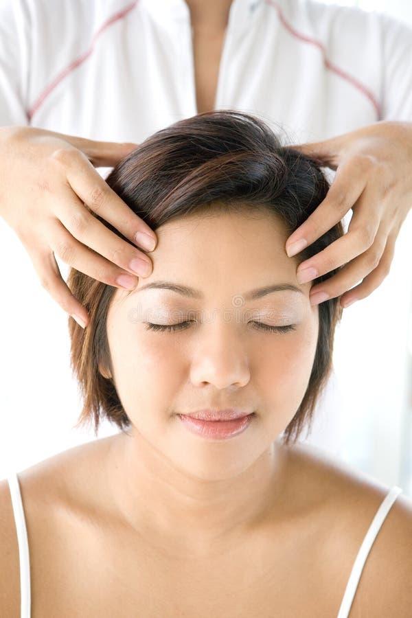 femelle recevant le massage principal doux et détendant photos libres de droits