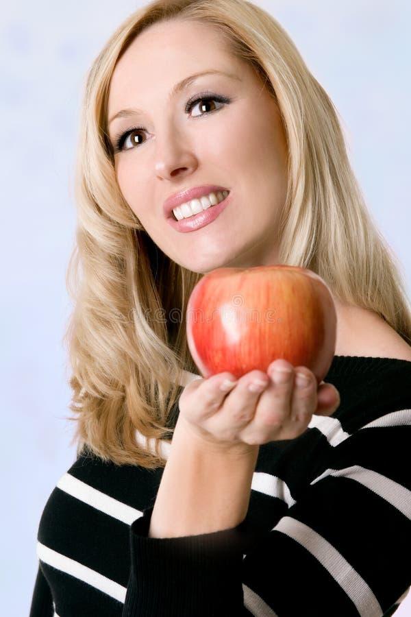 Femelle retenant une pomme rouge fraîche photos stock