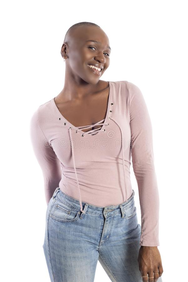 Femelle am?ricaine d'africain noir avec la coiffure chauve semblant timide image libre de droits