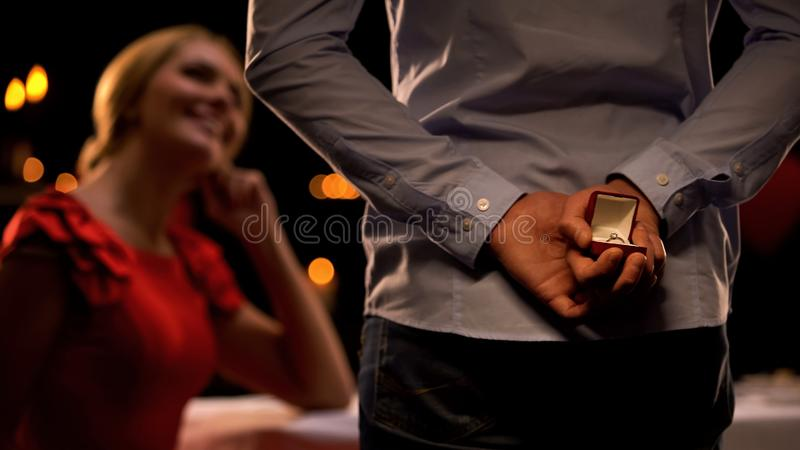 Femelle séduisante heureuse de voir l'ami avec le cadeau précieux, date romantique, amour photographie stock libre de droits