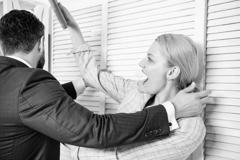 Femelle sociale de protestation avec le visage r?pugnant Harc?lement sexuel sur le travail et le lieu de travail photos libres de droits