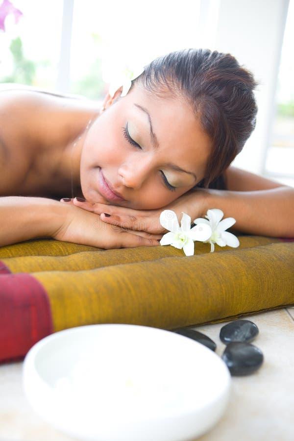 Femelle sur le bâti de massage avec la cuvette aromatherapy photos stock