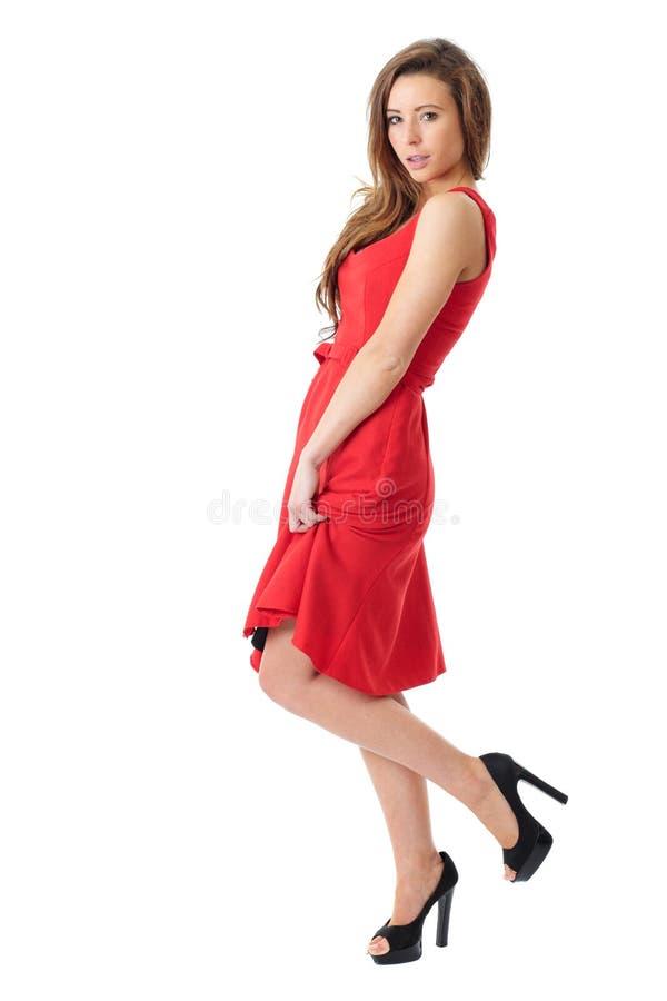 Femelle très attirante de jeunes dans la robe rouge image libre de droits