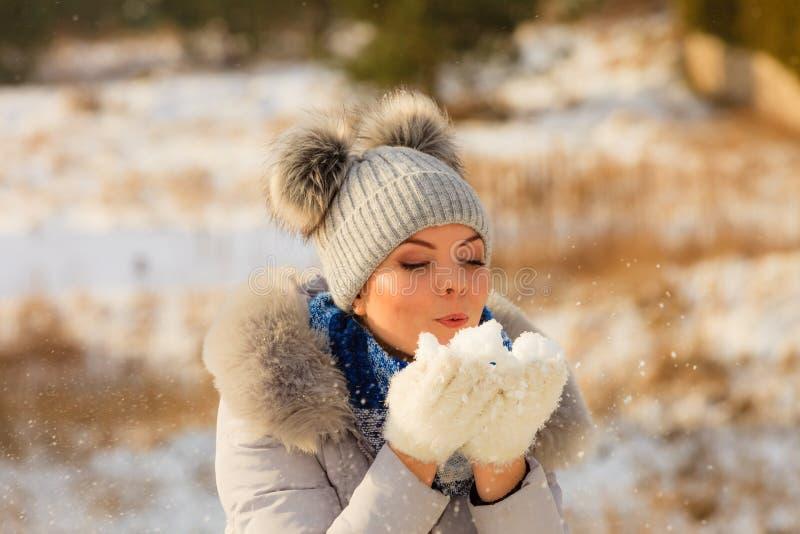 Femelle utilisant l'?quipement chaud pendant l'hiver images stock