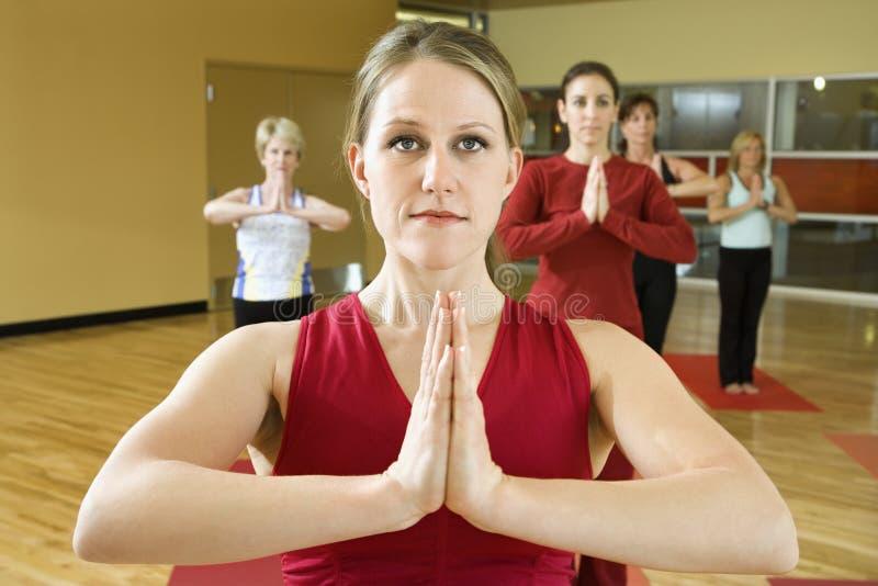 Femelles adultes dans la classe de yoga. photos stock