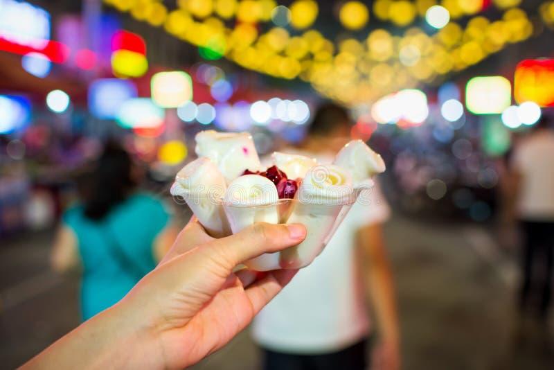 Femenino tener un helado tailandés rueda en mercado de la comida fotografía de archivo libre de regalías