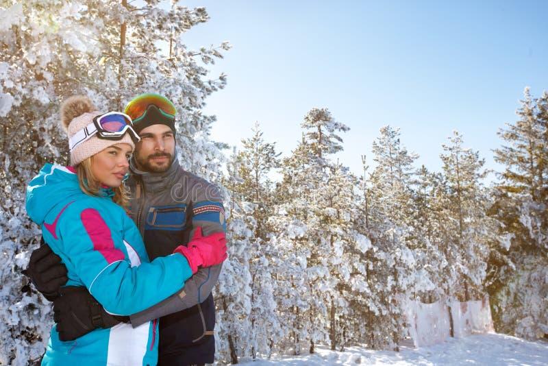 Femenino y masculino en abrazo en naturaleza nevosa imágenes de archivo libres de regalías