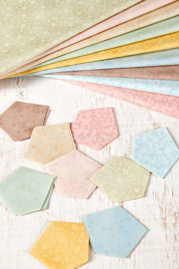 Femhörniga stycken av tyger för sömnadtäcket, traditionell patchwork, bunt av tyger som fan arkivbilder