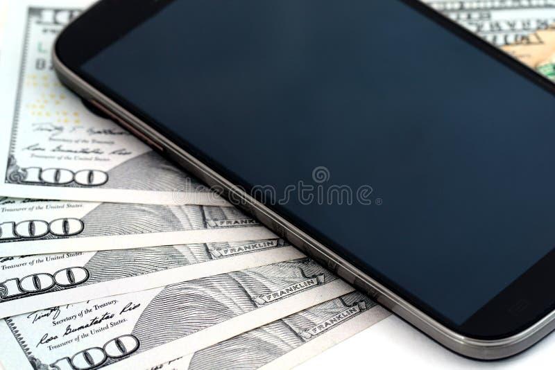 Femhundra dollar och mobiltelefon royaltyfria foton