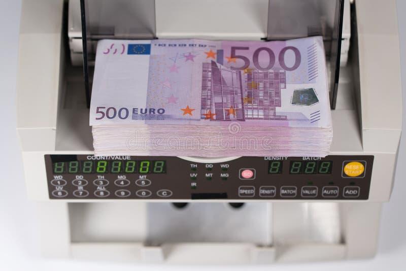 Femhundra eurosedlar i en räknande maskin royaltyfri foto