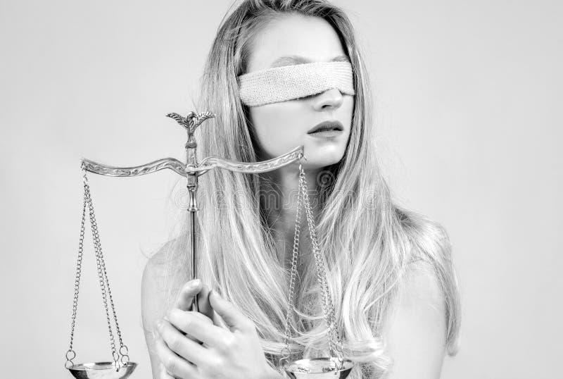 Femida, Göttin von Gerechtigkeit mit Skalen lizenzfreie stockfotos