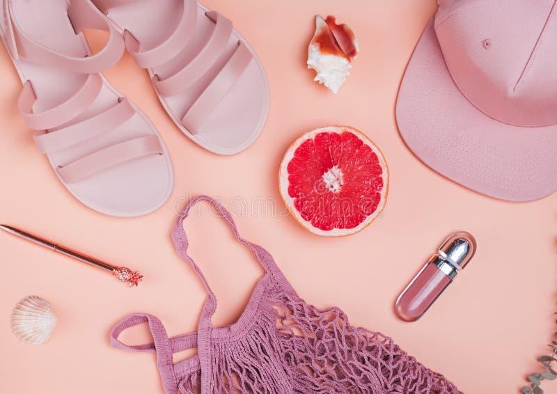 淡色粉色时髦的feminime夏天辅助部件  免版税库存图片