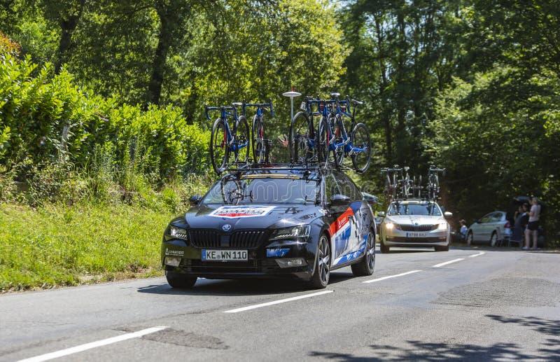 Feminin-teamets bil WNT-Rotor Pro Cycling - La Course av Le Tour de France 2019 fotografering för bildbyråer