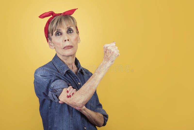 Feminismus, ältere Frau, die Frauenenergie ausdrückt stockbilder