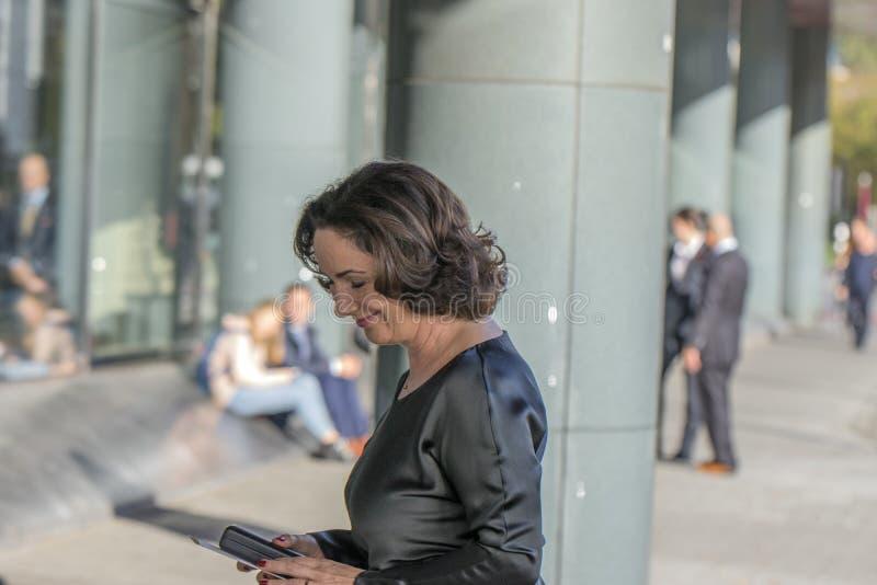 Femke Halsema an der Erinnerungszeremonie beim Concertgebouw in Amsterdam 27-10-2018 die Niederlande für den Tod von Wim Kok lizenzfreie stockfotografie