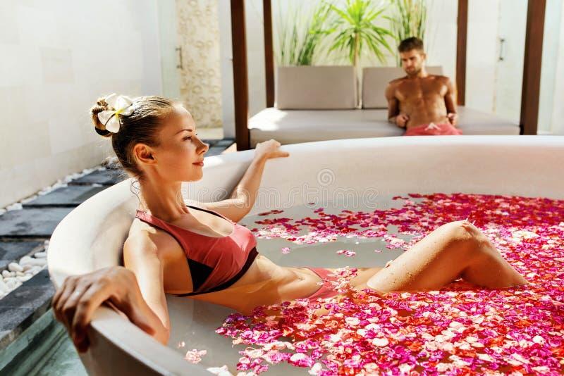 Femme à Bath de fleur au salon de station thermale de jour photos stock