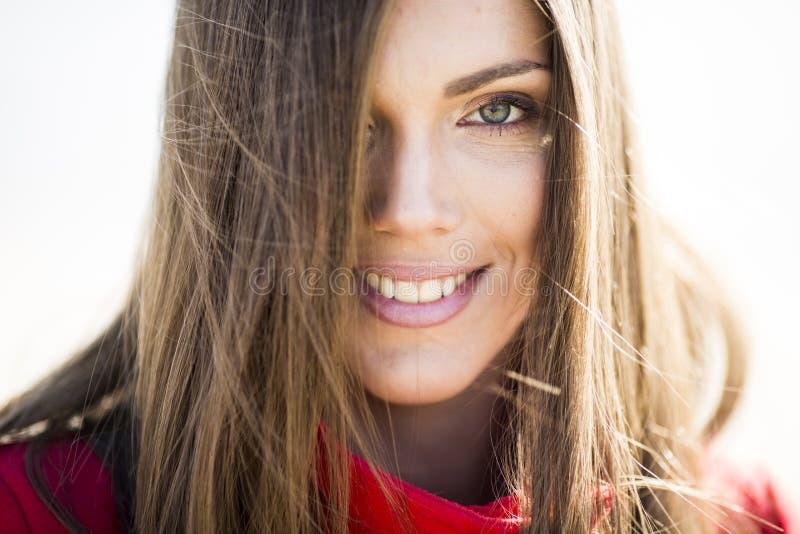 Femme à cheveux longs assez jeune dans le manteau image stock