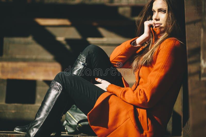Femme à cheveux longs assez jeune dans le manteau images libres de droits