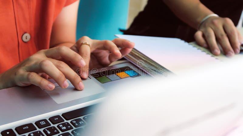 Femme à l'aide d'un ordinateur de labtop images libres de droits