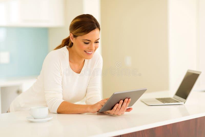 Femme à l'aide de l'ordinateur de tablette image libre de droits