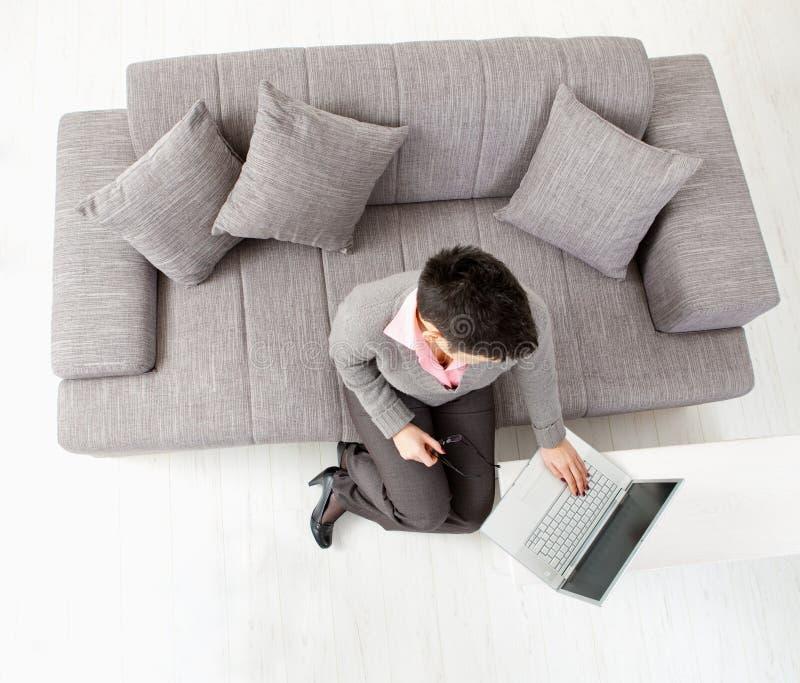 Femme à l'aide de l'ordinateur portable images stock