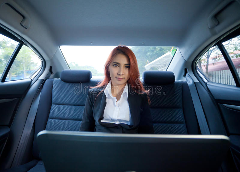 Femme à l'aide de l'ordinateur portable photo stock