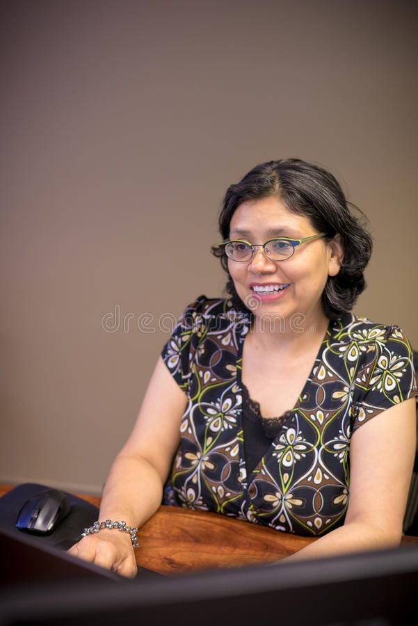 Femme à l'aide de l'ordinateur portable pendant le travail images libres de droits