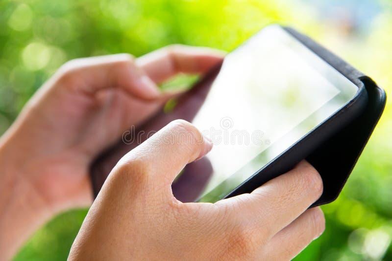 Femme à l'aide de la tablette digitale photo stock