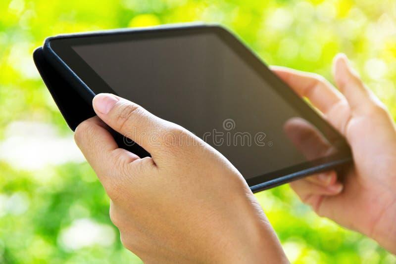Femme à l'aide de la tablette digitale image libre de droits