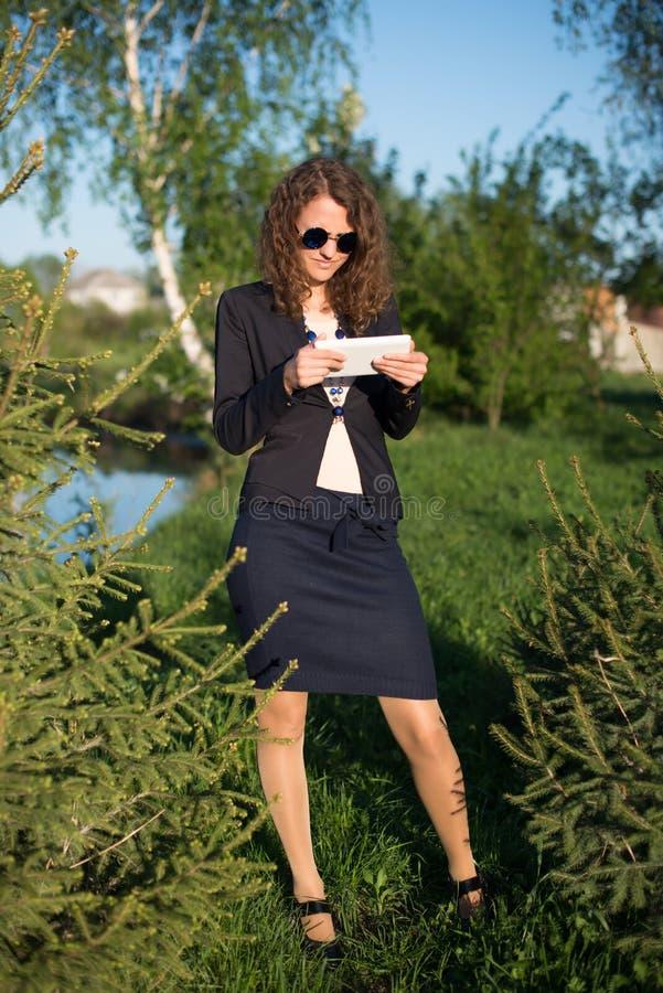 Femme à l'aide de la tablette digitale images libres de droits