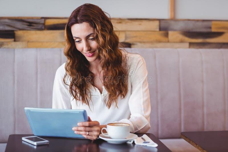 Download Femme à L'aide De La Tablette Digitale Photo stock - Image du technologie, heureux: 56486478