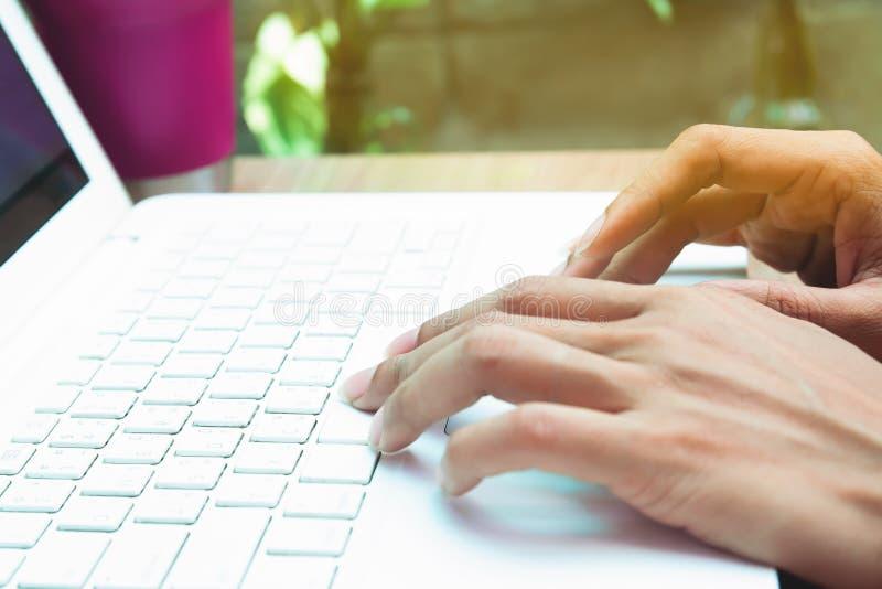 Femme à l'aide de l'ordinateur portable Concept de marketing en ligne images stock