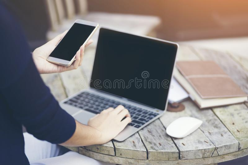 Femme à l'aide de l'ordinateur portable intelligent de téléphone et d'ordinateur, monde du smartphone, smartphone dans la vie quo image libre de droits
