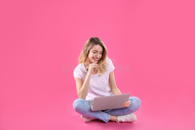 Femme à l'aide de l'ordinateur portable pour la causerie visuelle photos stock