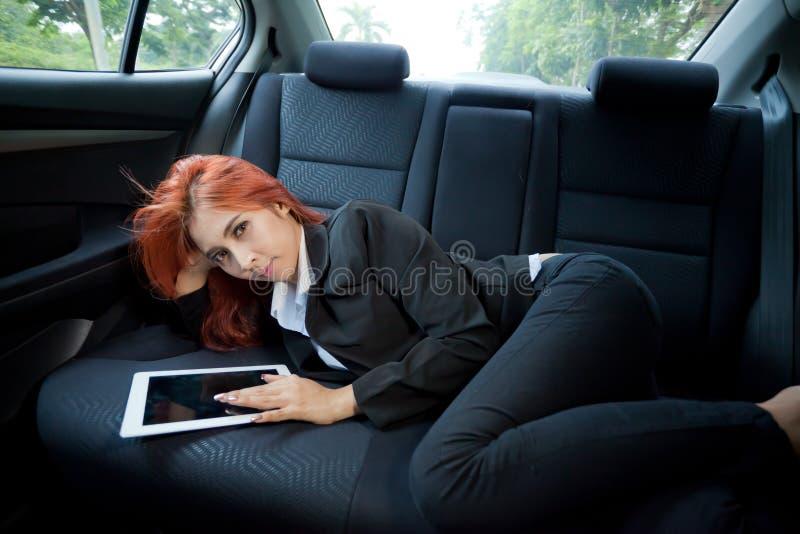 Femme à l'aide du comprimé photos stock
