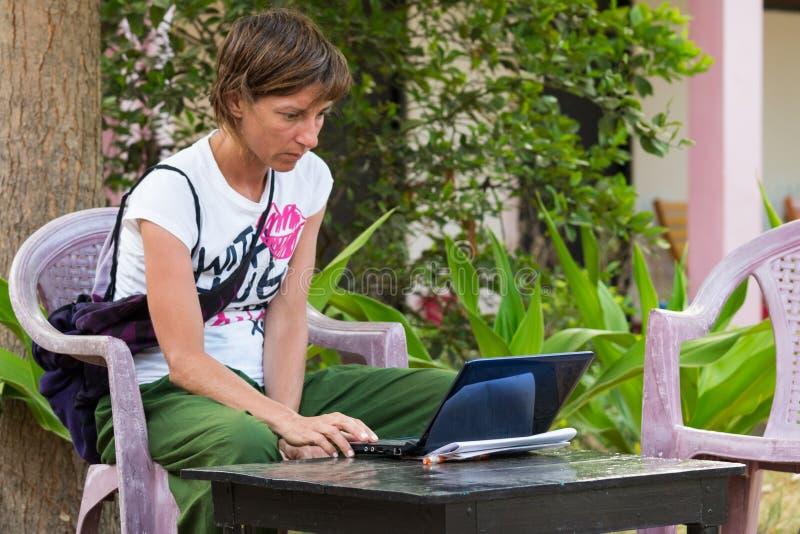 Femme à l'aide du PC dans les vacances photos libres de droits